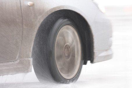 Selv om det først og fremst er i overgangen mellom høst og vinter og ved første snøfall at ulykkesbilene er feilskodd, kjører enkelte på sommerdekk hele året, påpeker If. (Foto: If)