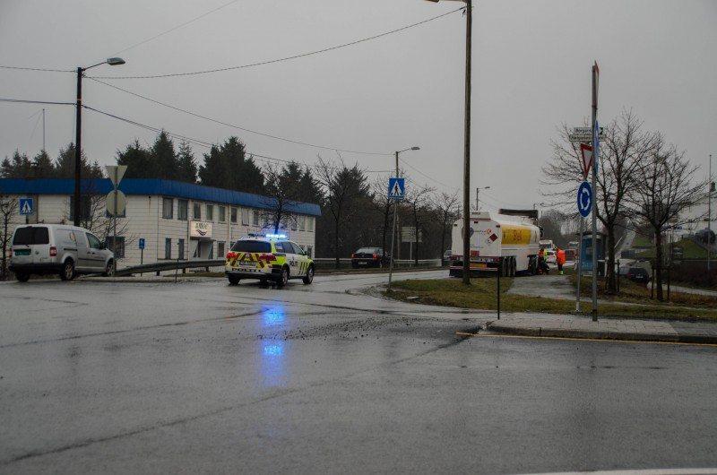 En kjørebane er sperret grunnet bilberging av trailer like ved avkjøring til Husøy på Karmøy. Politiet har sperret av kjørebanen og det er manuell dirigering av trafikken på stede.