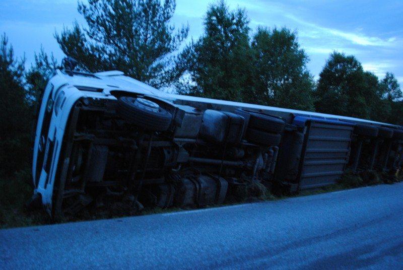 Det skal ha gått fint med den polske sjåføren. Overfor Sveiobladet.net sier han på polsk at veien ble for smal.