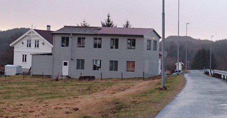 Tak blåst av Sveio TAKET BLÅSTE AV: Blikkfang fra et hus sør for Sveio Kirke i Sveio sentrum ble revet av fredag ettermiddag. (RADIO HAUGALAND) FOTO: Daniel Niazi/Sveiobladet.net