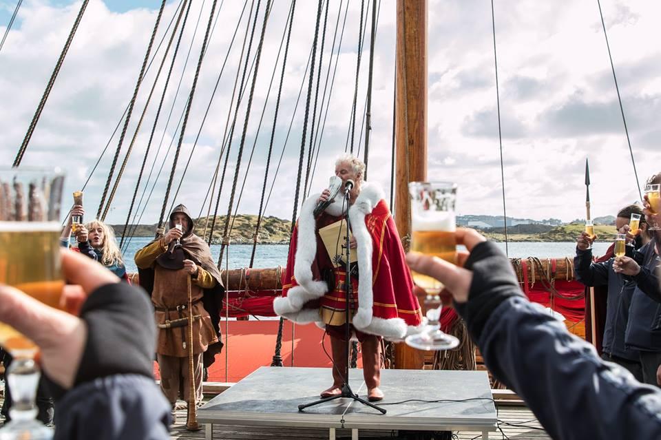 Sigurd Aase ombord i vikingskipet «Draken Harald Hårfagre» som gjøres klar til seilas over Atlanterhavet søndag. FOTO: Kjell Bua