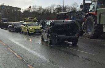 Bilen ble spiddet av grabben på traktoren. (FOTO: Kjell Bua)