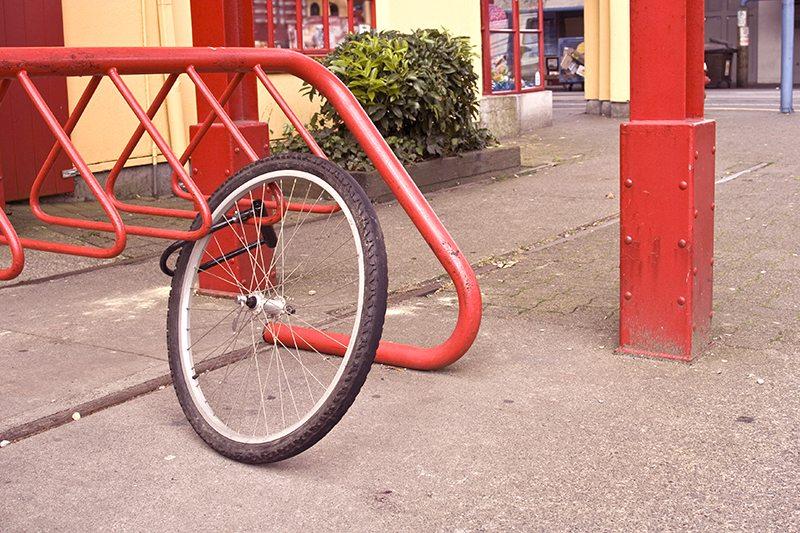sykkeltyveri laast forhjul