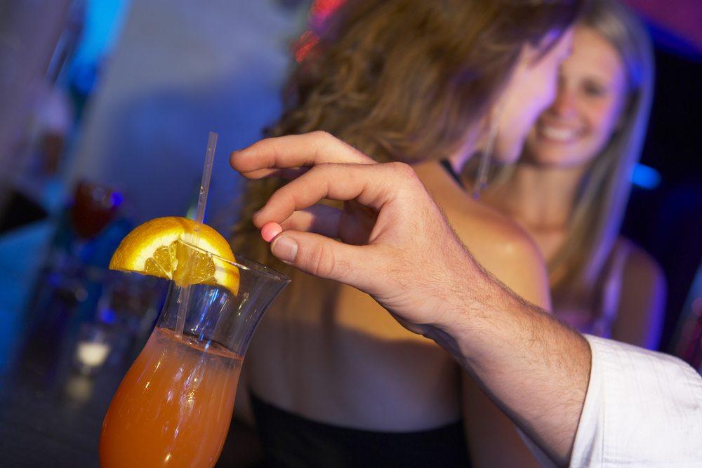 pille i drinken